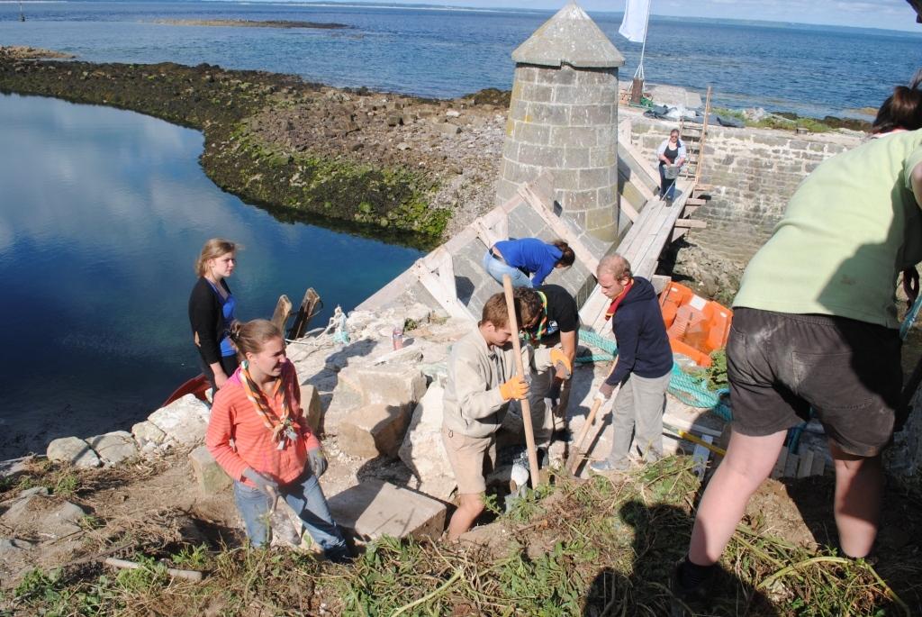 Dégagement des pierres à l'entrée du port (ancien corps de garde)