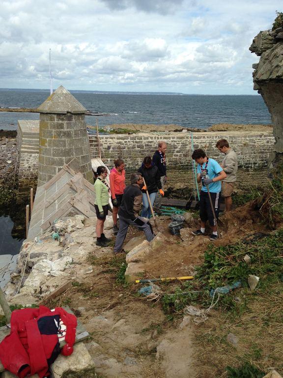 Dégagement de pierres à l'entrée du port