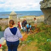 Nettoyage de pierres à l'entrée du port