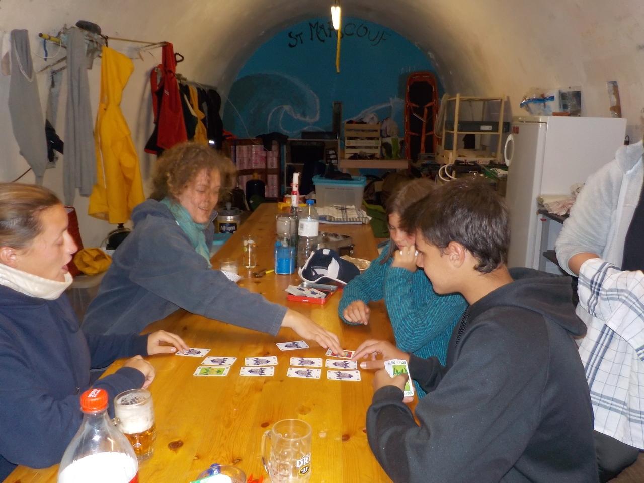 Jeux de cartes dans la poudrière
