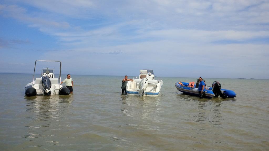 Trois bateaux se retrouvent à Ravenoville pour aller récupérer les bénévoles sur le chantier