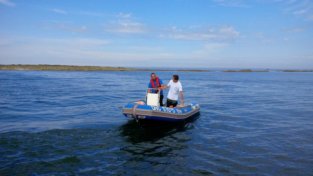 Guillaume et Thierry vont récupérer les passagers sur la grève de l'île